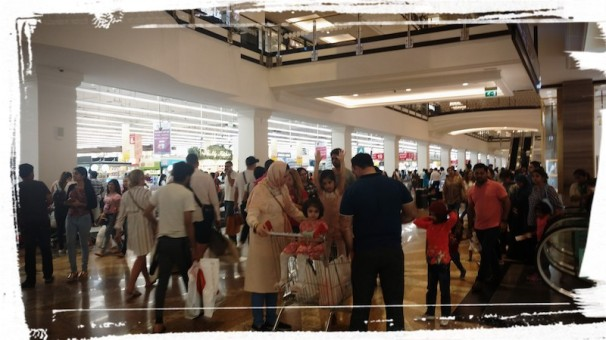 Crowd in front of the Carrefour outlet on Friday evening