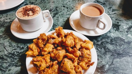 Tea, coffee and veg pakoras