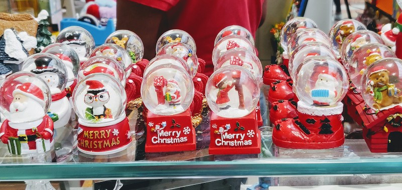 Snow globes at the Phoenix Market City Mall