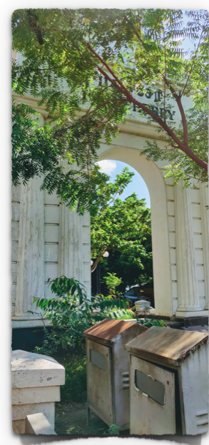 The white arch on the road welcomes you to Pondicherry